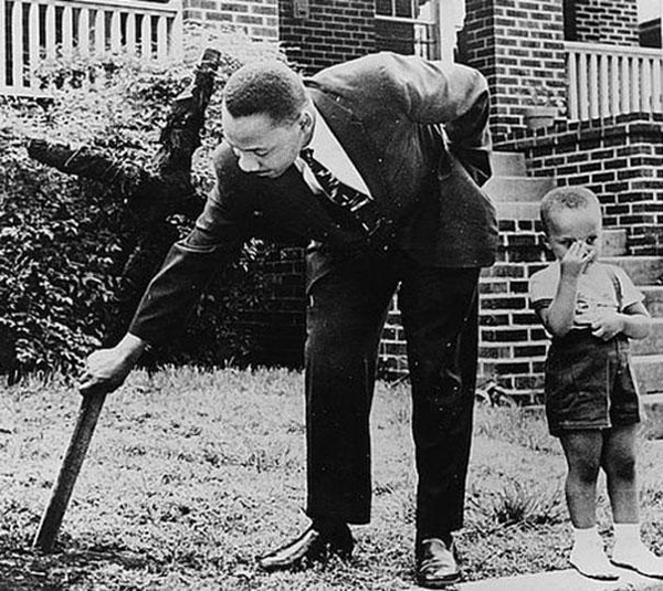 24-Martin-Luther-King-with-his-son-removing-a-burnt-cross-from-their-front-yard-1960