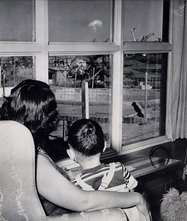 28-Mom-and-son-watching-the-mushroom-cloud-after-an-atomic-test-Las-Vegas-1953